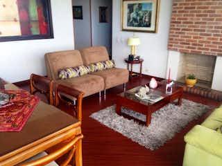 Una sala de estar llena de muebles y una chimenea en Apartamento en venta en Niza Norte de 2 habitaciones