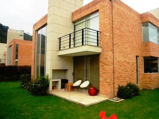 Un edificio de ladrillo con un edificio de ladrillo rojo en Hermosa Casa en venta en Condominio Club House, Chia