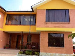Un edificio con una ventana y un techo amarillo en Casa Campestre en Venta, Tabio Cundinamarca