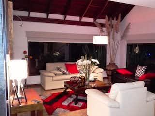 Una sala de estar llena de muebles y una ventana en Hermosa Casa campestre en Venta, Cajica