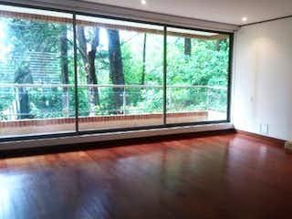Una sala de estar llena de muebles y una chimenea en Apartamento en venta en Bosque De Pinos con Bbq...