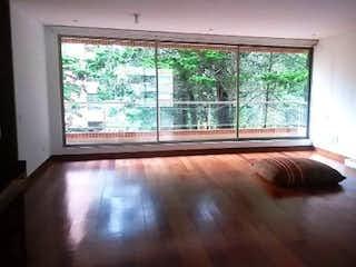Una sala de estar llena de muebles y una gran ventana en Apartamento en venta en Bosque De Pinos de 3 habitaciones