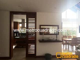 Una habitación que tiene un montón de ventanas en Casa en venta en Bojacá de 290m² con Gimnasio...