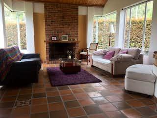 Una sala de estar llena de muebles y una chimenea en Casa en venta en Cerca De Piedra de 3 hab.