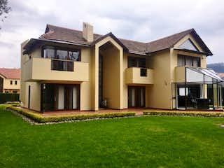 Una casa que está sentada en la hierba en Casa en venta en Hatogrande 1000m² con Bbq...
