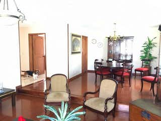 Una sala de estar llena de muebles y una lámpara de araña en Casa en venta Ubicado en San José de Bavaria