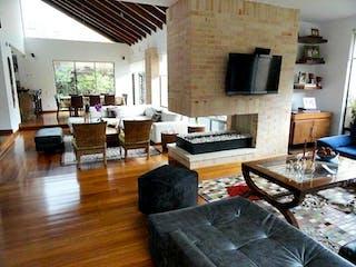 Una sala de estar llena de muebles y una chimenea en Casa En Venta En Chia Conjunto Kalamary