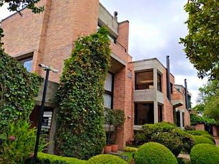 Un gran edificio con un montón de plantas verdes en Casa En Arriendo/venta En Bogota La Calleja-Usaquén
