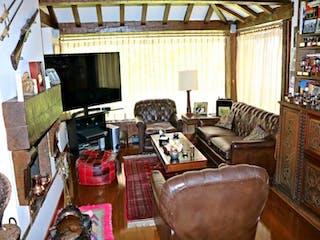 Una sala de estar llena de muebles y una televisión de pantalla plana en Casa en venta en La Calleja, de 430mtrs2