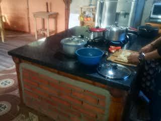 Una cocina con una estufa y algunas ollas y sartenes en VENTA CASA DE MONTAA