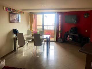 Una sala de estar llena de muebles y una chimenea en Apartamento en venta en Aves María, de 106mtrs2