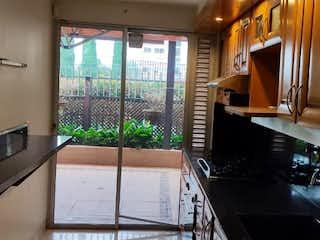Una cocina con una ventana, un fregadero y una estufa en VENTA DE CASA ALTOS DEL POBLADO