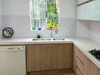 Una cocina con una estufa y un fregadero en VENTA CASA POBLADO CASTROPOL