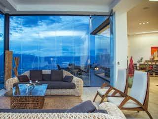 Una sala de estar llena de muebles y una ventana en Venta casa campestre, Altos del Poblado, Medellín