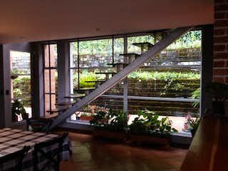 Un banco de madera sentado en la parte superior de una cubierta de madera en Casa en venta en Carrizales 2497m² con Zonas húmedas...