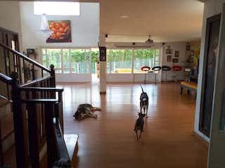 Una sala de estar llena de muebles y un suelo de madera en Casa en venta en Parque, de 464mtrs2
