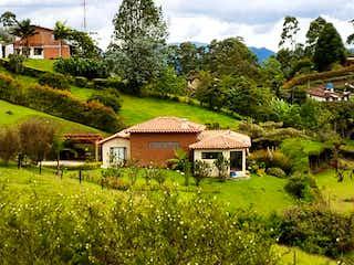 Una casa que está sentada en la hierba en finca, Casa en venta en San Nicolás de 4 habitaciones