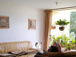 Una sala de estar llena de muebles y una ventana en Apartamento en venta en Loma De Los Bernal de 93m² con Piscina...