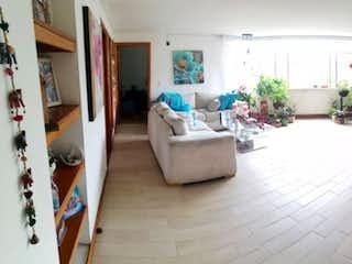 Una sala de estar llena de muebles y una mesa en Apartamento en venta en Belén Centro 109m² con Jardín...