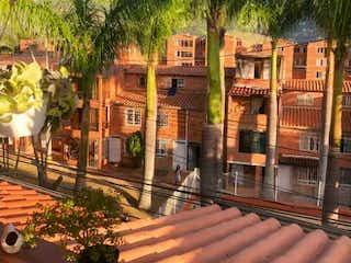 Una vista de una ciudad desde un edificio en Se vende casa 4 niveles unidad San Francisco Bello