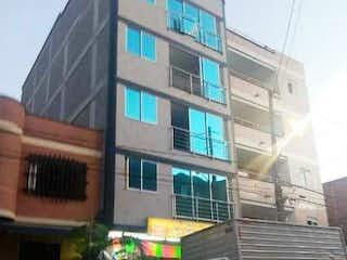 Un camión estacionado delante de un edificio en Apartamento en venta en El Carmelo con Balcón...