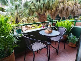 Una mesa con sillas y una planta en maceta en Venta apartamento, barrio Calasanz, Medellín