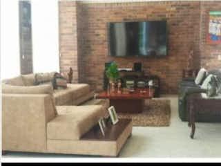 Una sala de estar llena de muebles y una chimenea en Casa en venta en El Esmeraldal, de 450mtrs2