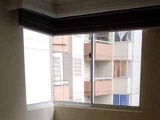 Un baño con una ventana y un lavabo en Apartamento en venta en Bomboná de 3 hab. con Gimnasio...