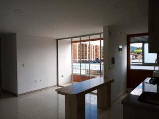 Una mesa de madera y sillas en una habitación en Venta de Apartamento en La Ceja, Antioquia