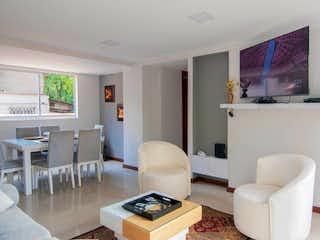 Una sala de estar llena de muebles y una televisión de pantalla plana en Apartamento en venta en La Tomatera 85m²