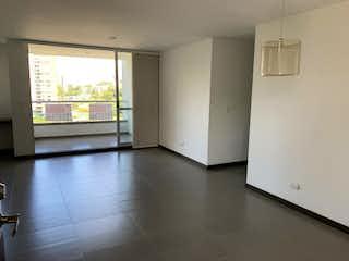 Una cocina con nevera y una ventana en Apartamento en Venta EL ESMERALDAL