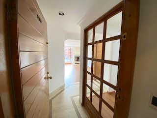 Una habitación llena de muebles de madera y suelos de madera en Apartamento en venta en Chicó Navarra de 1 habitación