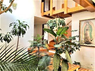 Un montón de plantas que están en un edificio en Venta Hermosa Casa en Paseo de los Abetos, Paseos de Taxqueña Coyoacán