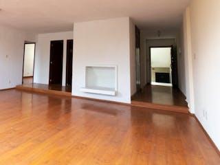 Una sala de estar con suelos de madera dura y suelos de madera en Departamento en venta en Anzures 110m²