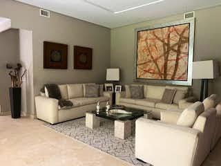 Una sala de estar llena de muebles y una gran ventana en CASA EN RENTA BOSQUES DE LAS LOMAS