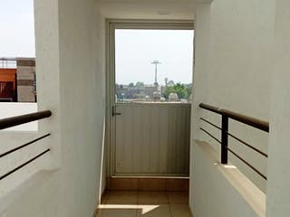 Un cuarto de baño con ducha y una ventana en Iluminado y Bonito departamento en Venta