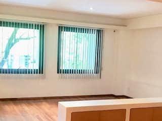 Una sala de estar con suelos de madera y paredes en Polanco 3 recamaras 3 baños Roof garden para eventos