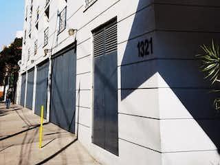 Un edificio muy alto con muchas ventanas en Departamento prácticamente nuevo en avenida principal