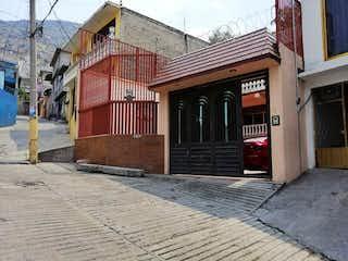 Un edificio de ladrillo con un letrero en la calle en Amplia casa en del Carmen GAM