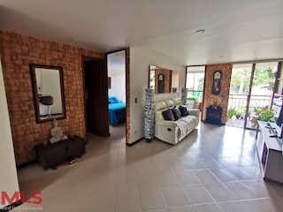 Una sala de estar llena de muebles y una chimenea en Monarca