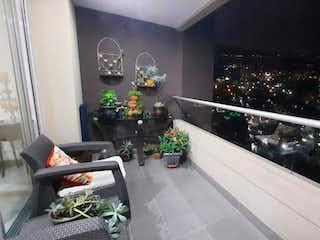 Una cocina con una planta en maceta en el mostrador en Vendo moderno apartamento en Envigado con vista definida, piso alto.