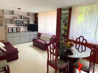 Una sala de estar llena de muebles y una gran ventana en R. TORRES DEL MARQUES