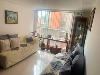 Una persona sentada en un sofá en una sala de estar en Apartamento en venta en Normandía de 3 habitaciones