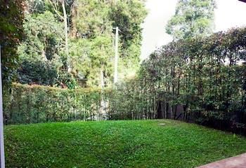 Casa en Venta en Envigado, cuenta con 3 alcobas cada una con baño.