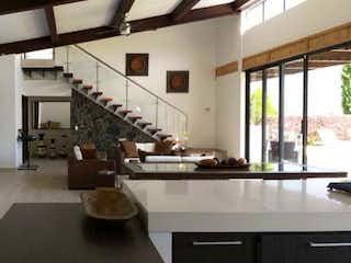 Una cocina con una mesa y sillas en ella en Casa en venta en Casco Urbano Girardota, de 12000mtrs2