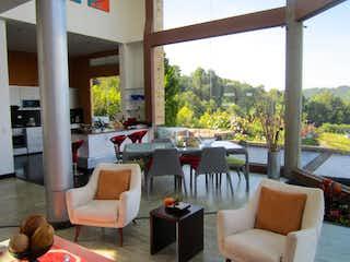 Una sala de estar llena de muebles y una gran ventana en Venta Casa 330115 M2, 3H, Urbanización  Altos de Potosí , Guasca