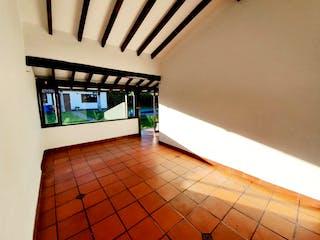 Un cuarto de baño con un lavabo y un inodoro en Casa en venta en San Antonio De Pereira con acceso a Jardín