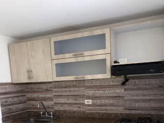 Una cocina con lavabo y microondas en SE VENDE APARTAMENTO EN SABANETA CERCA AL TRAPICHE PARTE PLANA