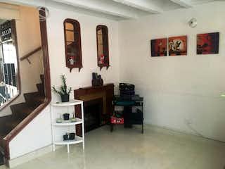 Una sala de estar llena de muebles y una chimenea en Casa en venta en Villas de Granada, de 45mtrs2