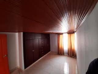 Una habitación que tiene un gran ventanal en ella en Casa En Venta En Bogotá Granada Norte